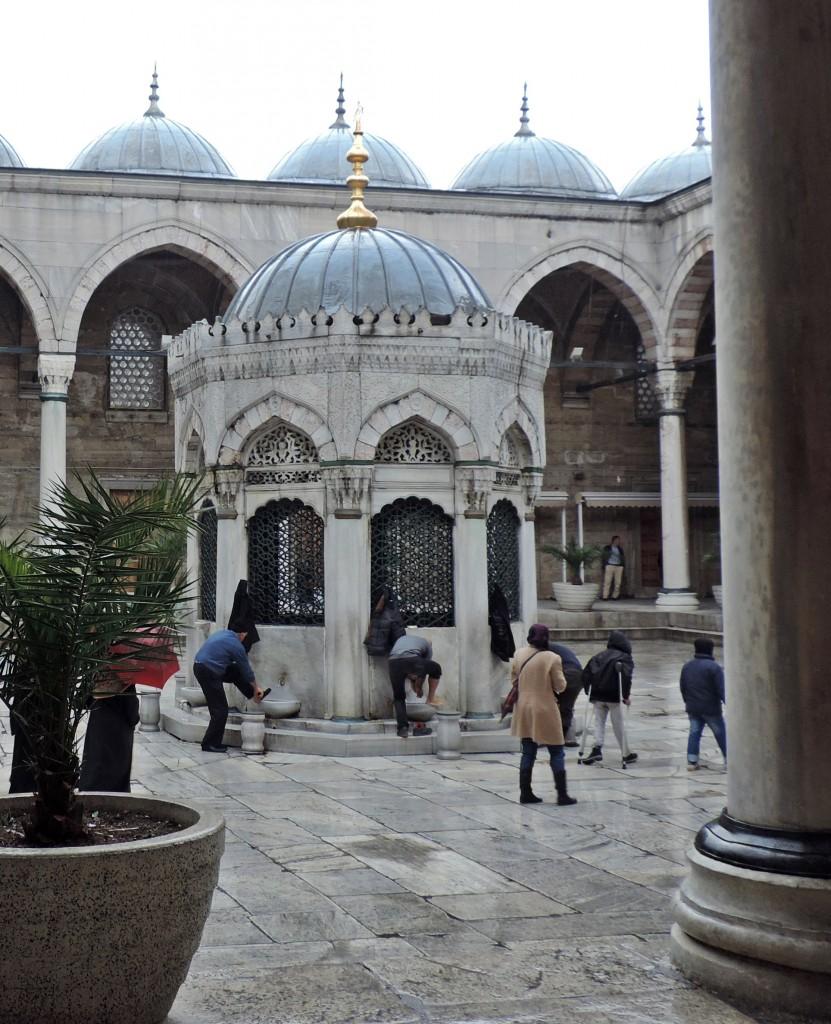 Moschee Innenhof Regen